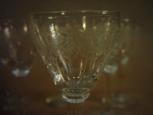 seis antiguas copitas para licor en cristal tallado pié alto