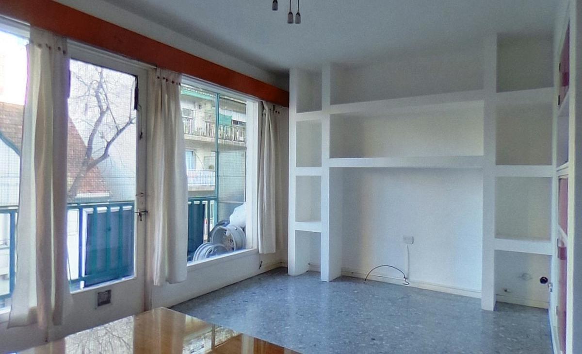 semipiso 3 ambientes con dependencia. balcón a la calle mucha luz.