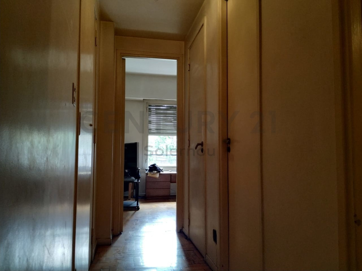 semipiso al frente con balcón, muy luminoso, 4 ambientes y dependencias