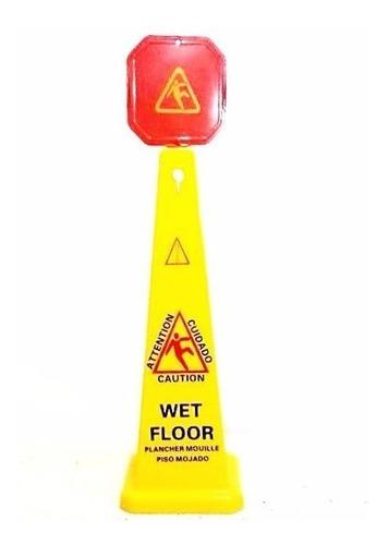 señalamiento de precaución cono piso mojado