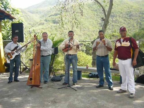 serenatas llaneras con arpa, cuatro, y maracas