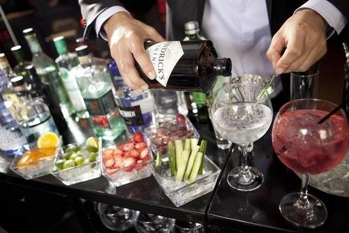 servicio de barman, mixologo y meseros a domicilio