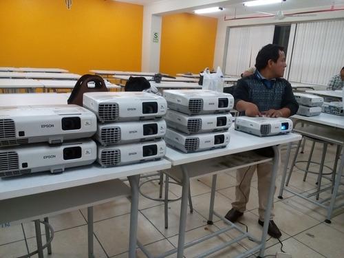 servicio de instalación y mantenimiento de proyector en aula