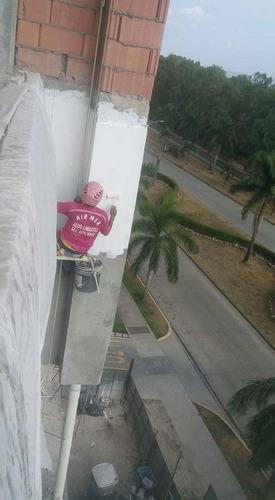 servicio de sillines afuera de los edificios