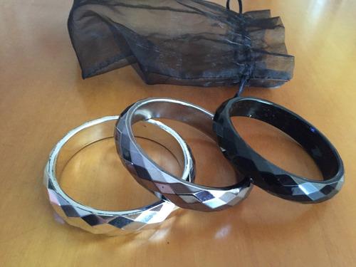 set de 3 pulseras en madera con baño en tonos grises.