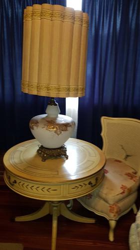 set de mesa, lampara y silla antiguos