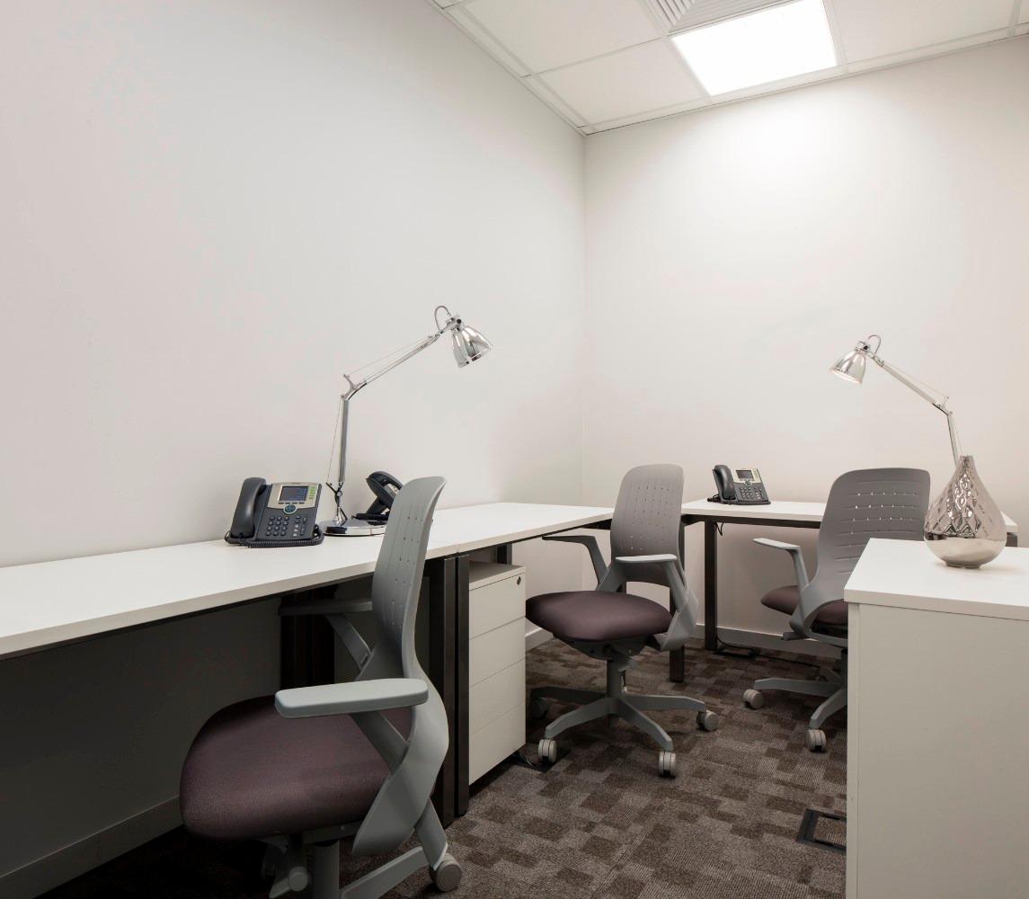 seu escritório particular para três ou quatro pessoas espera