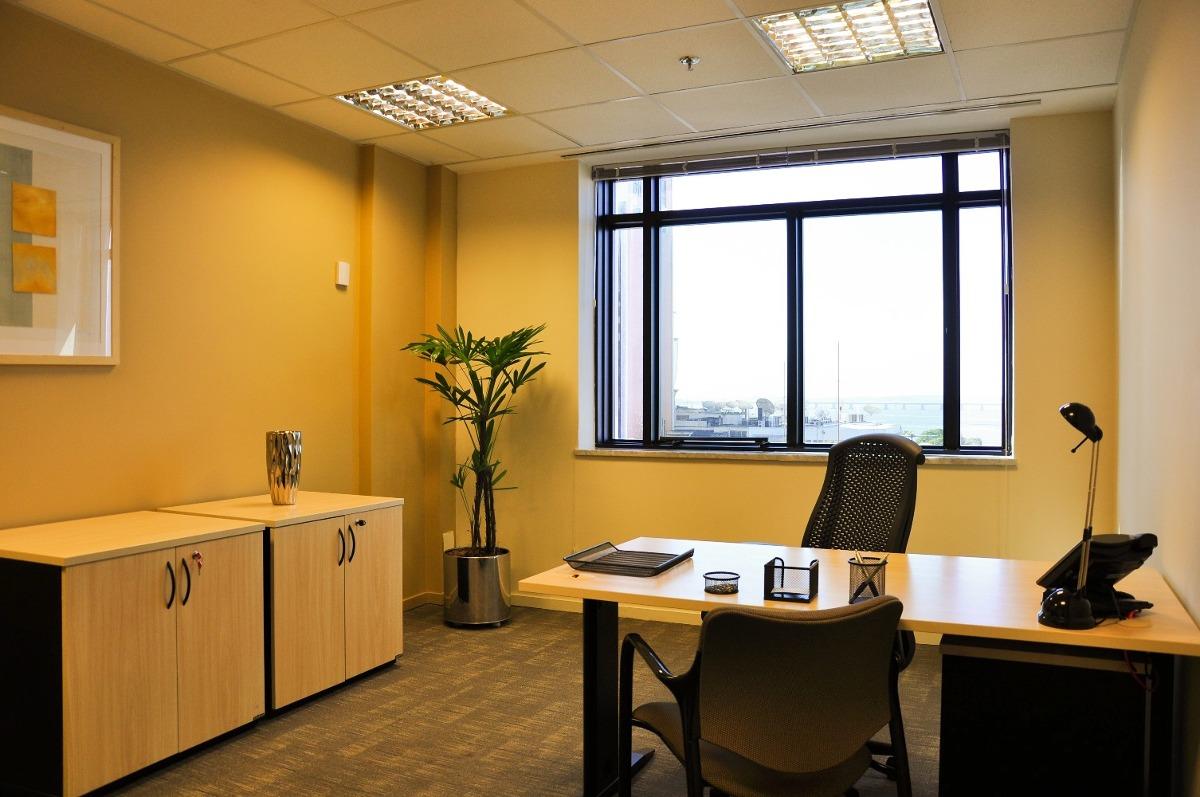 seu escritório particular para uma ou duas pessoas esperando