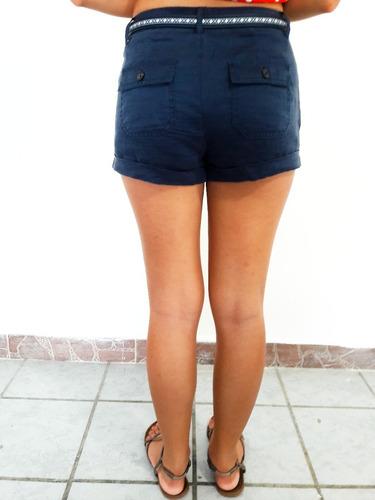 short azul con cinturón delgado blanco tejido