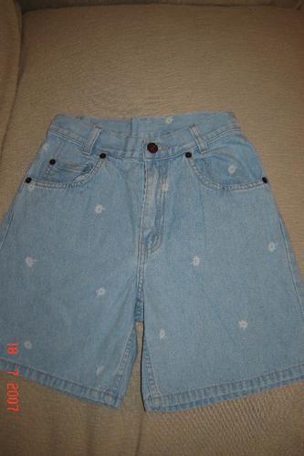 short levi's en jean claro con flores blancas. divino t10