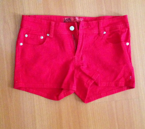 short tela de jean color rojo. talla m