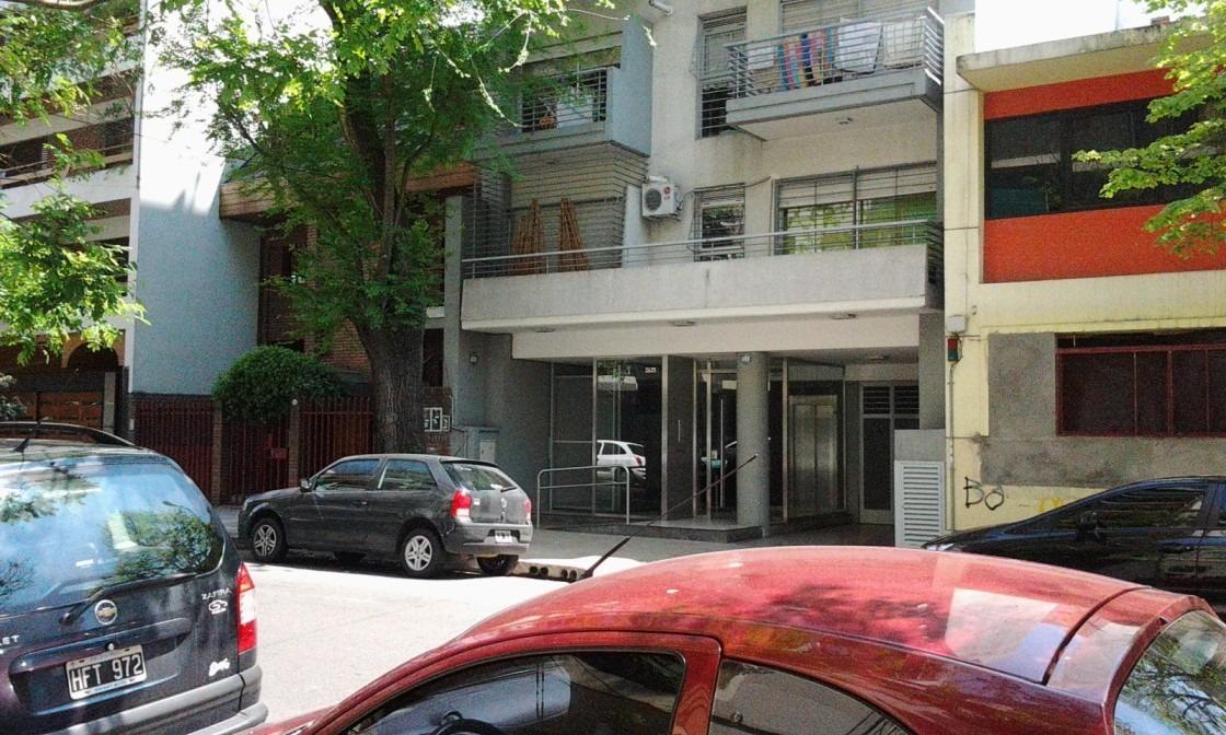 silencioso, 200 mts de cabildo 2 amb.balcón a calle arbolada