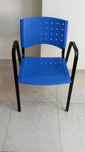 silla apilable plástica con estructura alta metalica