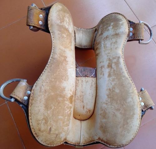 silla de montar caballo y algunos accesorios