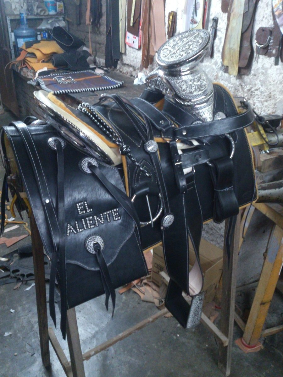Silla de montar negra lisa con herraje de plata en fuste for Sillas para montar