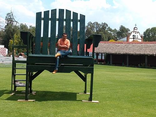 silla gigante de exposición