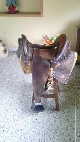 silla para montar caballo aperada