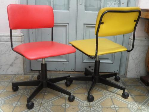 sillas oficina retro una roja una amarilla con ruedas
