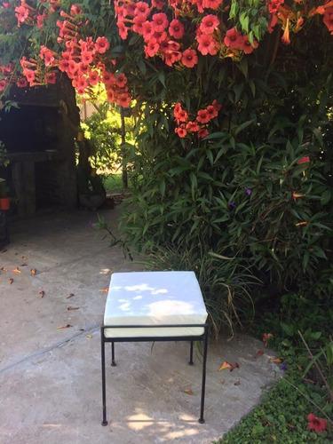 sillón con respaldo de hierro forjado negro sin almohadón