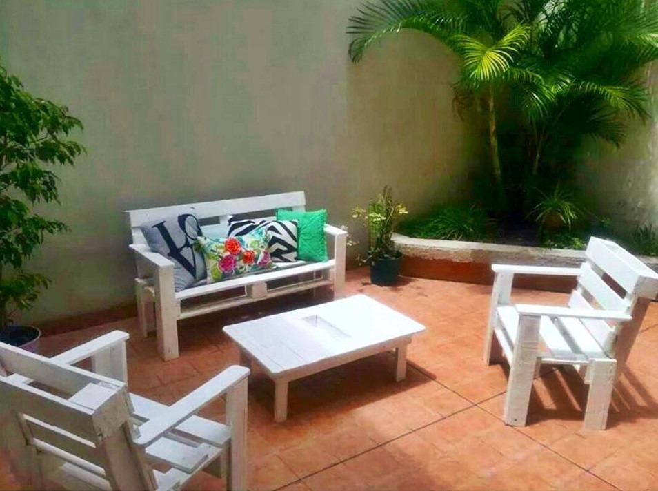 Sillones con palets terraza hecha con palets y con estilo for Sillon con palets reciclados