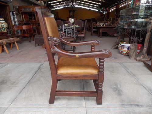 sillon de madera de mezquite tallado a mano estilo antiguo.