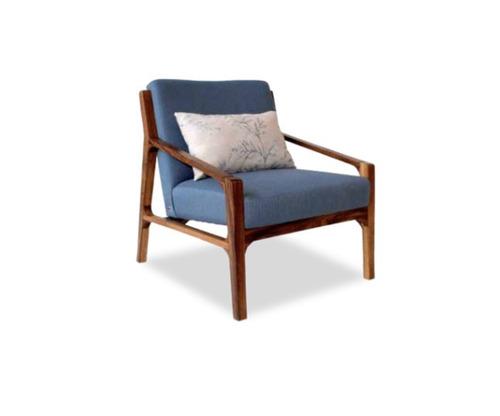 sillón moderno de madera en tela blanca