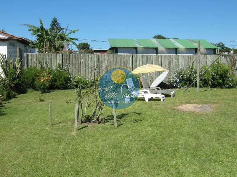 simpatica casa a pasos del mar. 2 dormitorios, 2 baños. living comedor, parrillero, terraza. a 30 metros de la ruta, con vista al mar! - ref: 4455