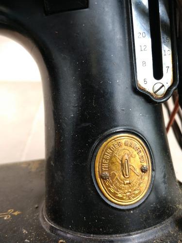 singer maquina de coser muy antigua jalando con estuche