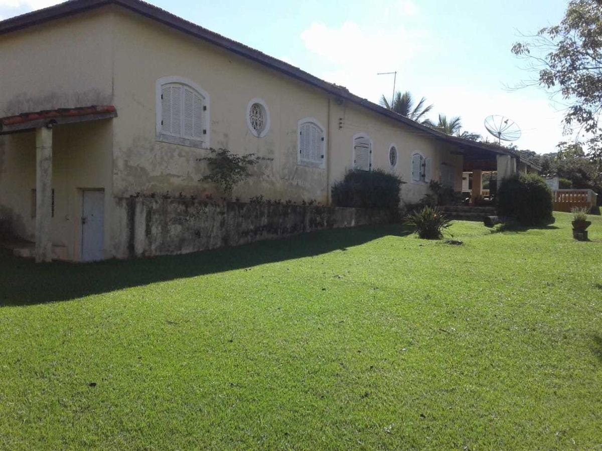 sitio com área de 24.400 m², casa principal e de caseiro !!