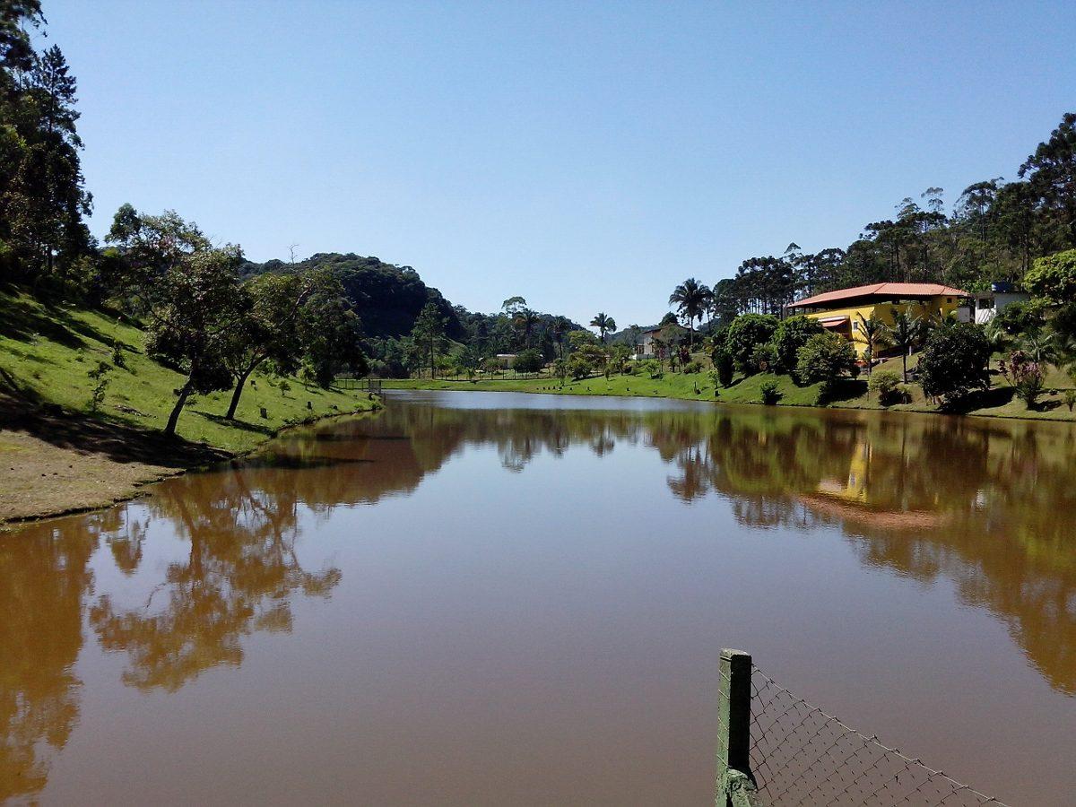 sitio juquitiba 44.355 mts otima casa/piscina / sauna / lago