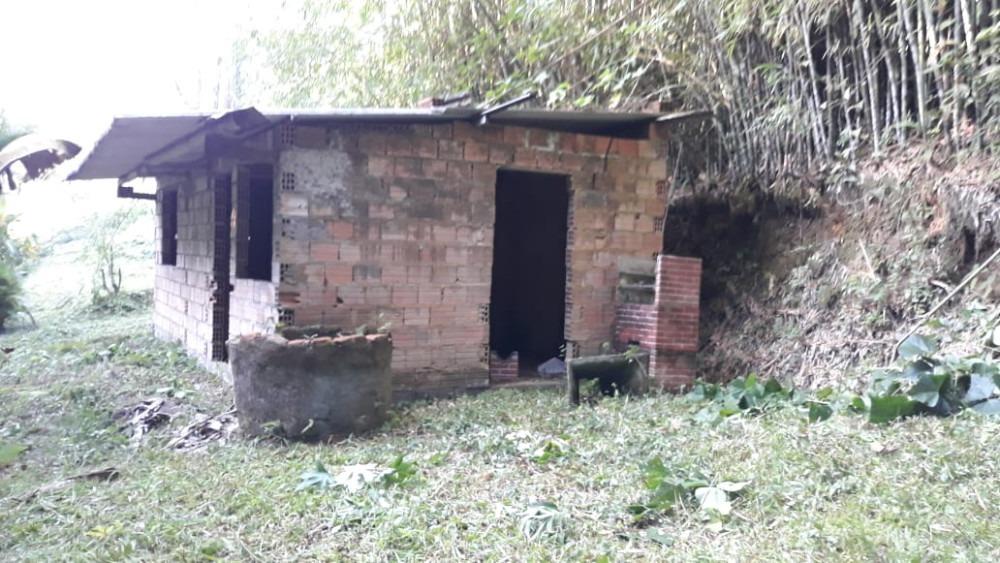 sítio pequeno de 1485 m2 com casa inacabada