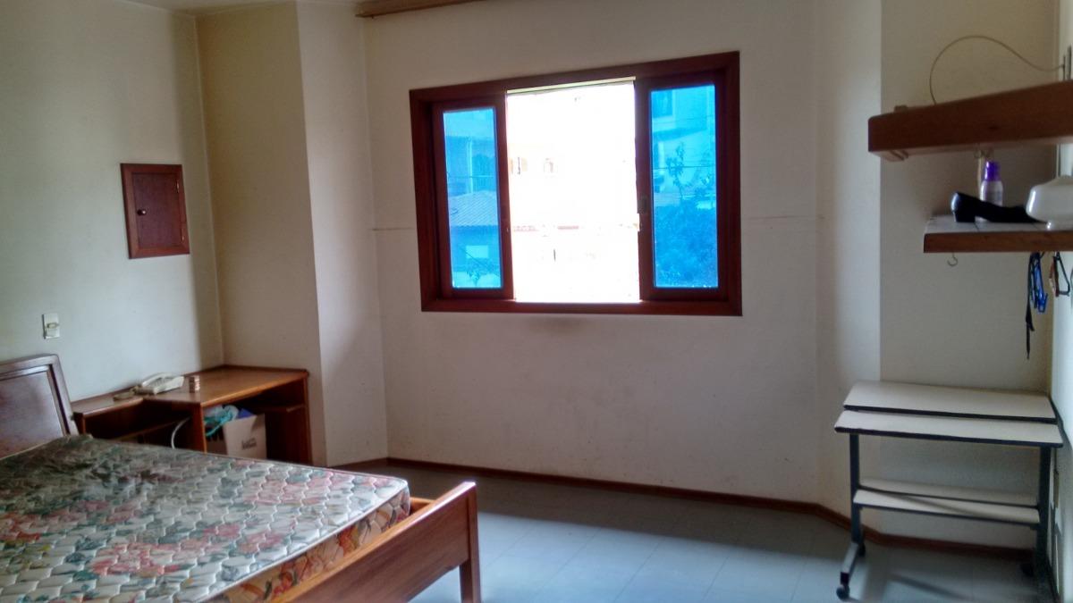 sobrado com 03 dormitórios( 01 suíte) e 06 vagas cobertas