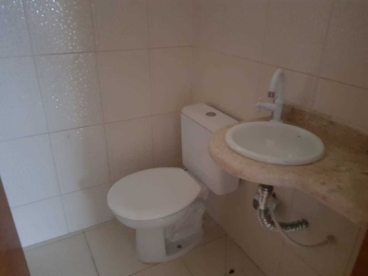 sobrado:2 suítes, lavabo, coz.america, lavanderia e quintal.