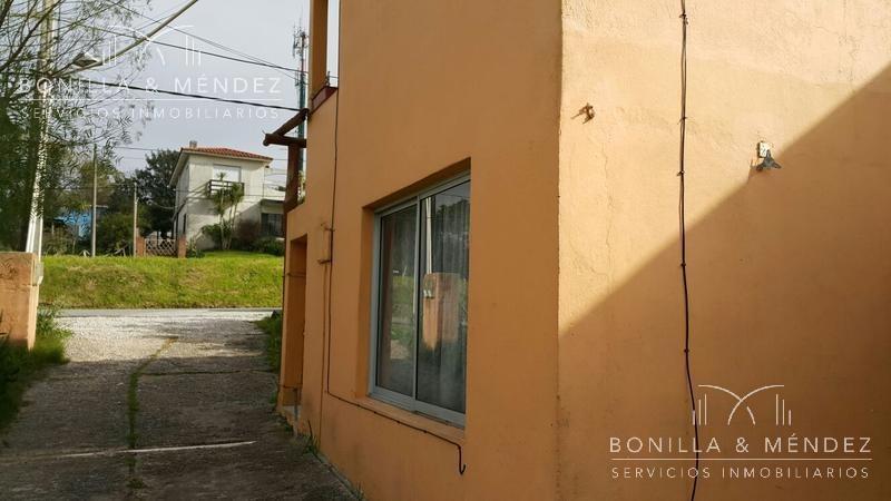 sobre avenida artigas, dos casas, ideal renta anual