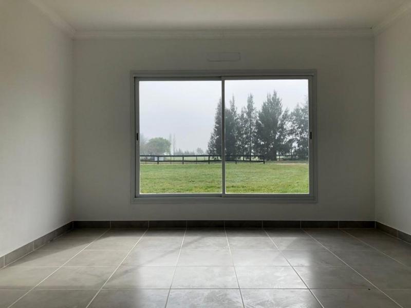 sobre lote de 12.474 m2  cas de 4 ambientes con cochera doble