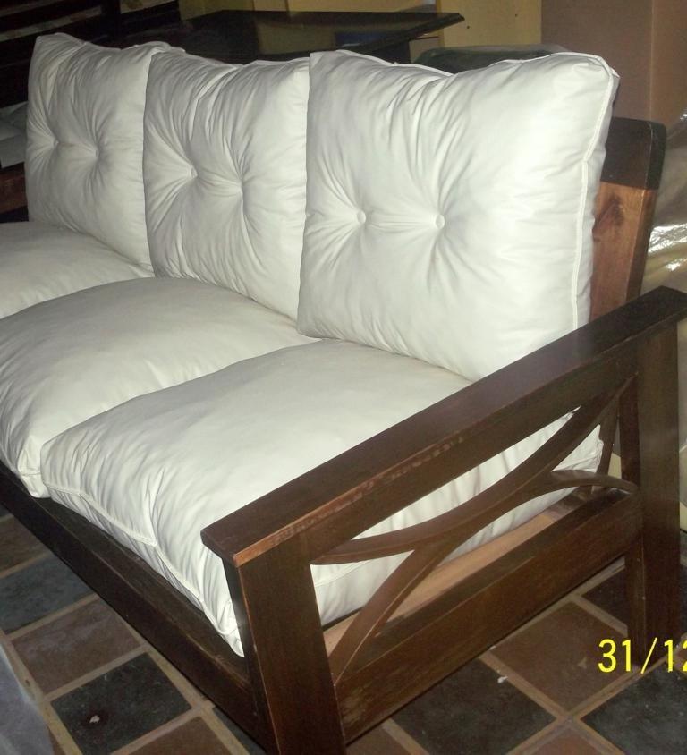 Sofa 3 cuerpos en madera con almohadones sueltos for Sofas y sillones a juego