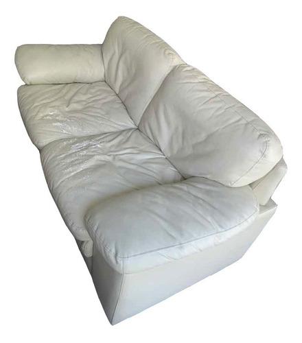 sofá de cuerina blanco hueso con 2 años de uso.