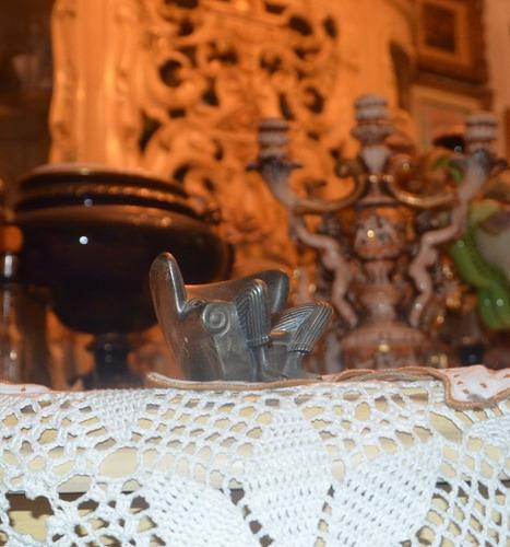 sofá / mueble en miniatura de metal. antiguo
