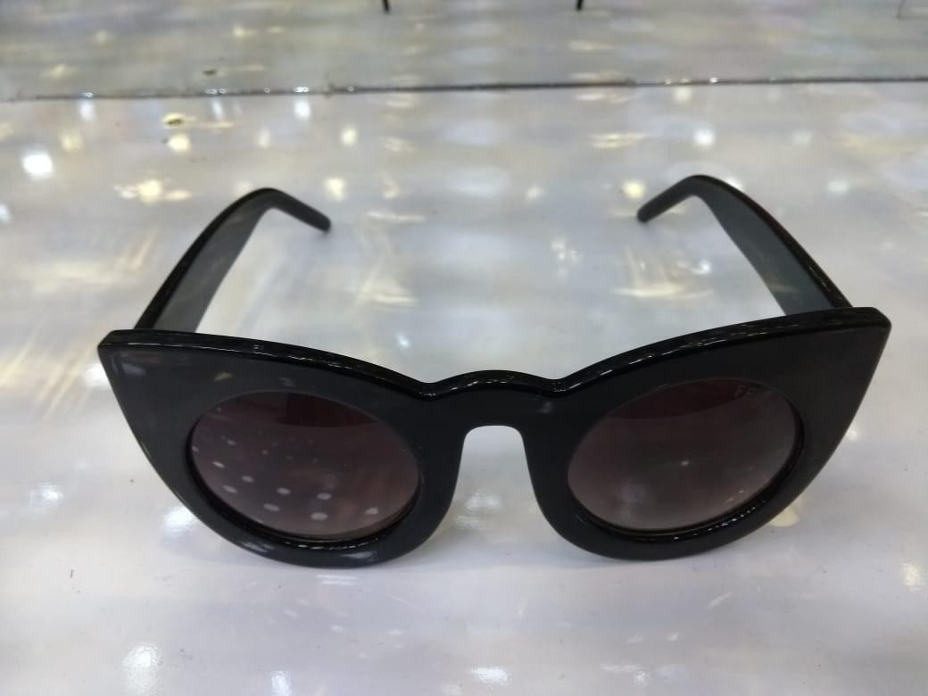 Óculos De Sol Gatinho Fendi Preto Frete Grátis - R  240,00 em ... 5bd002c94a