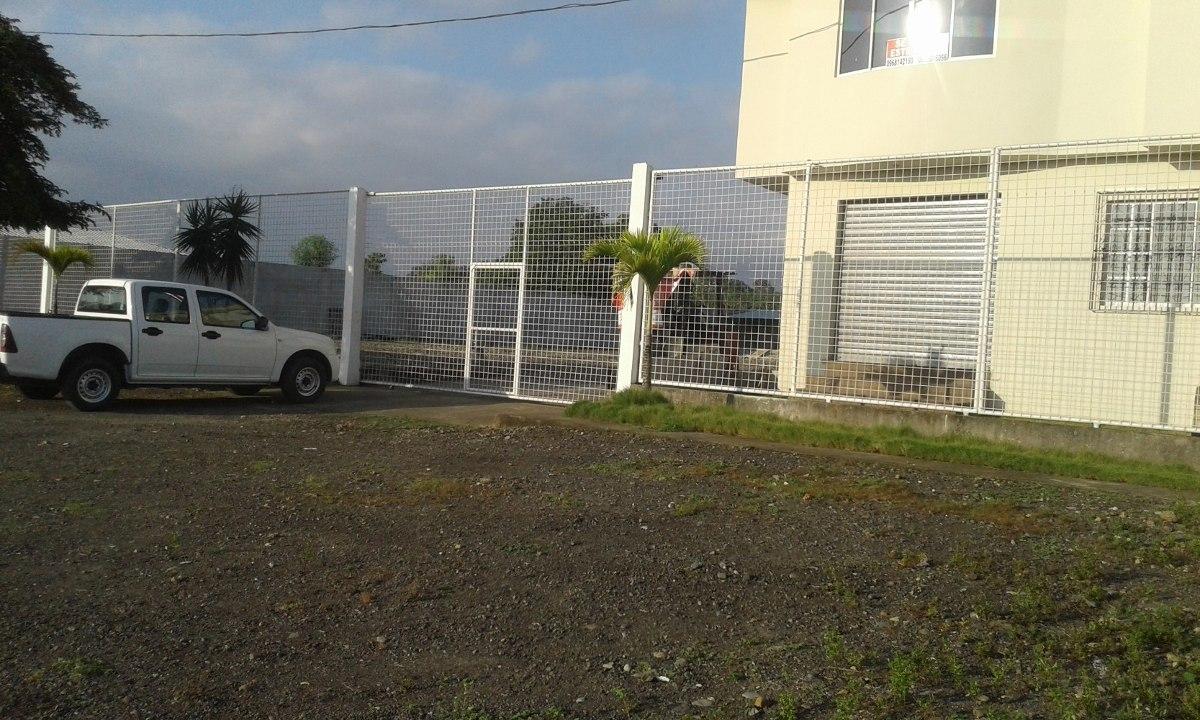 solar con cerramiento y viviendas