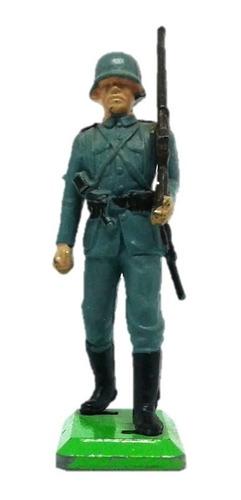 soldado alemán marchando con rifle britains deetail wwii