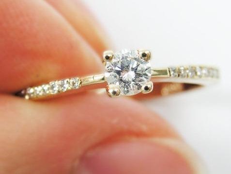 solitário com diamantes em ouro amarelo 18k!!! linda jóia!