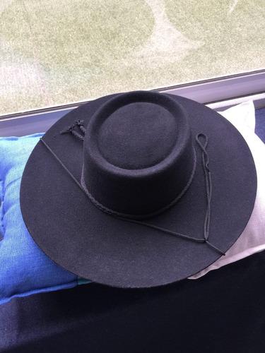 sombrero de huaso de paño fino en negro y café.