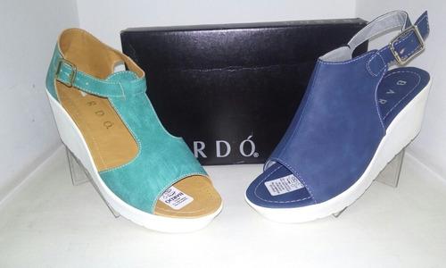 suecos, botas y sandalias en patente para dama  marca bardo!