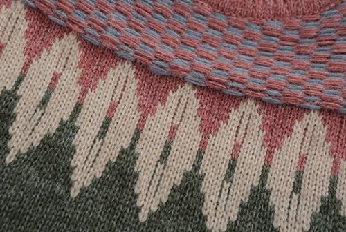 suéter rosa de estampado verde