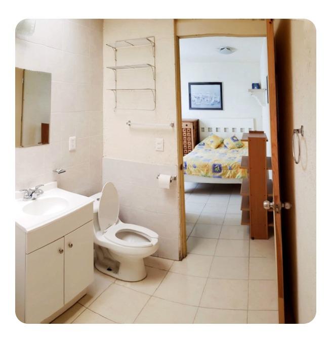 suite amueblada con cama matrimonial, baño  privado