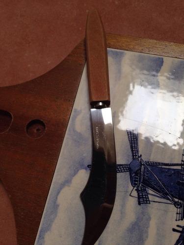 tabla brugge estilo delft  y cuchillo de acero inox.