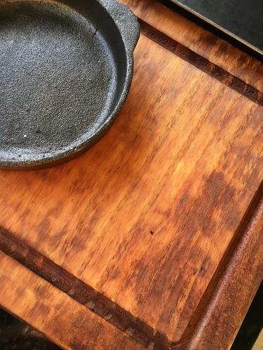 tabla de madera rústica con provoletera y sartén