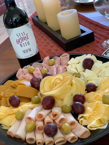 tabla de quesos y vino con botella personalizada