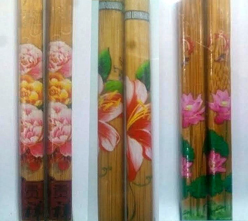 tabla para sushi y 2 pares de palillos